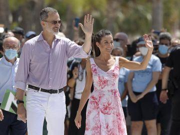 El rey Felipe VI y la reina Letizia posan en el paseo marítimo de Benidorm