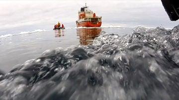 Buque de investigación en el océano Antártico