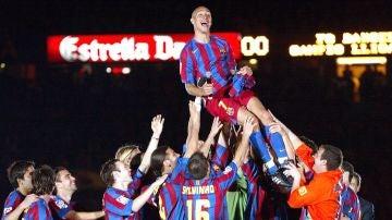 Los futbolistas del Barça mantean a Larsson