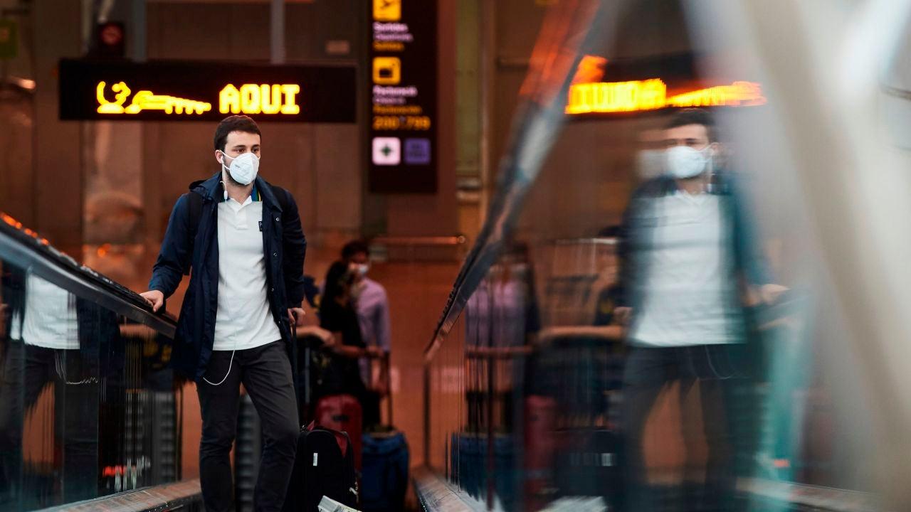 Un pasajero se dispone a embarcar en la terminal 1 del aeropuerto Josep Tarradellas Barcelona El Prat