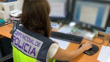 Una agente de la Policía Nacional trabajando