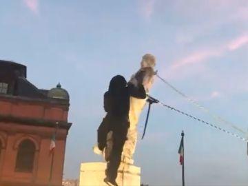 Momento del derribo de la estatua de Cristóbal Colón en Baltimore