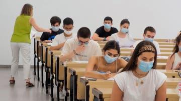 Varios alumnos realizando las pruebas de la EBAU (Archivo)