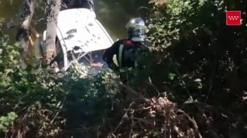 El complicado rescate a un hombre de 78 años tras caer con su coche al río Henares, en Madrid
