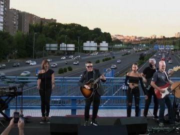Alejandro Sanz da un concierto por sorpresa sobre un puente de la M30 en Madrid