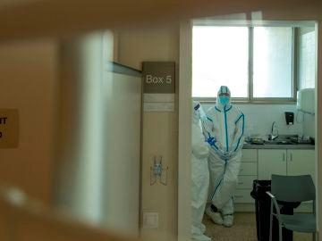 Profesionales sanitarios realizan test PCR en los Centros de Atención Primaria