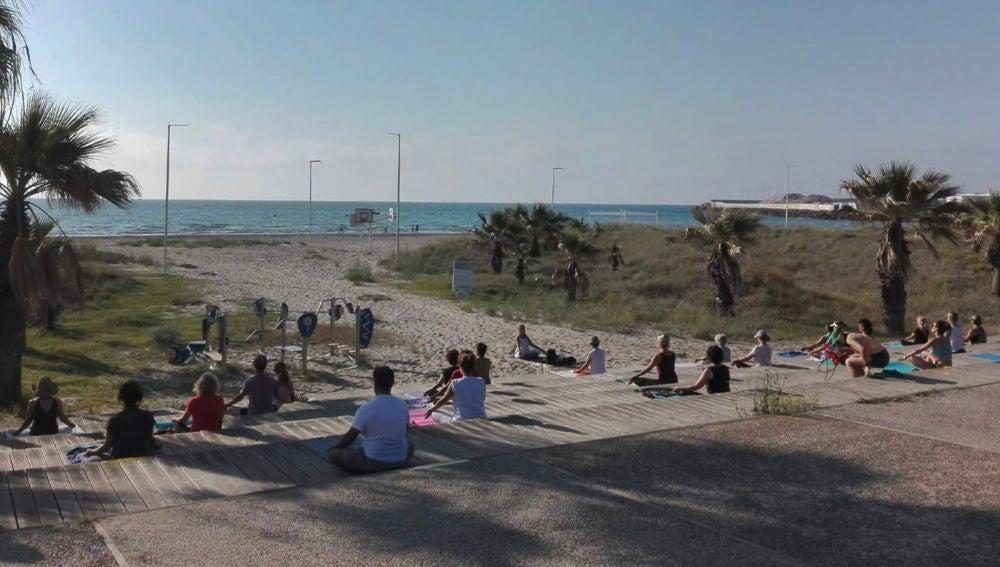 Festival de yoga en la playa. Castelló