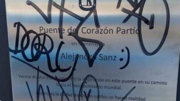 Estado en el que ha amanecido la placa homenaje a Alejandro Sanz