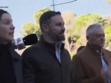 La tajante respuesta de Andrea Ropero que deja helado a Santiago Abascal tras intentar evitar sus preguntas a empujones