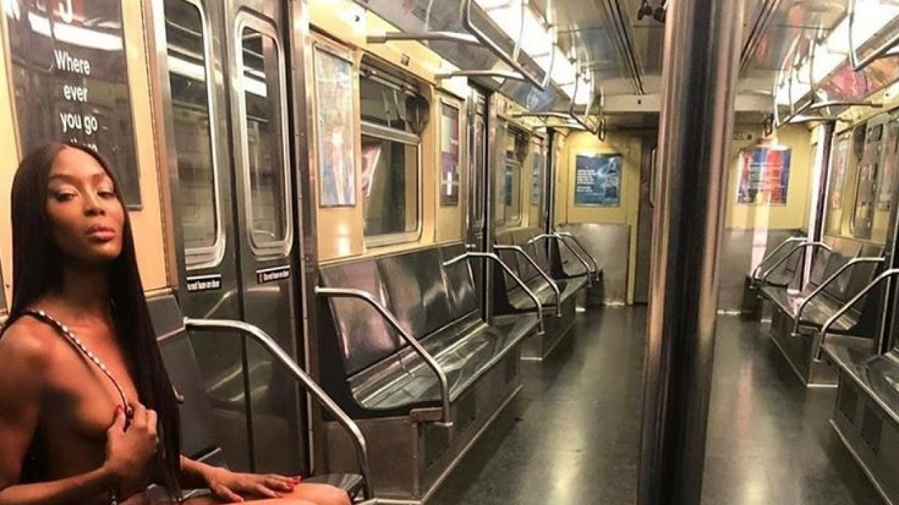 Naomi Campbell posando desnuda en una estación del metro de Nueva York
