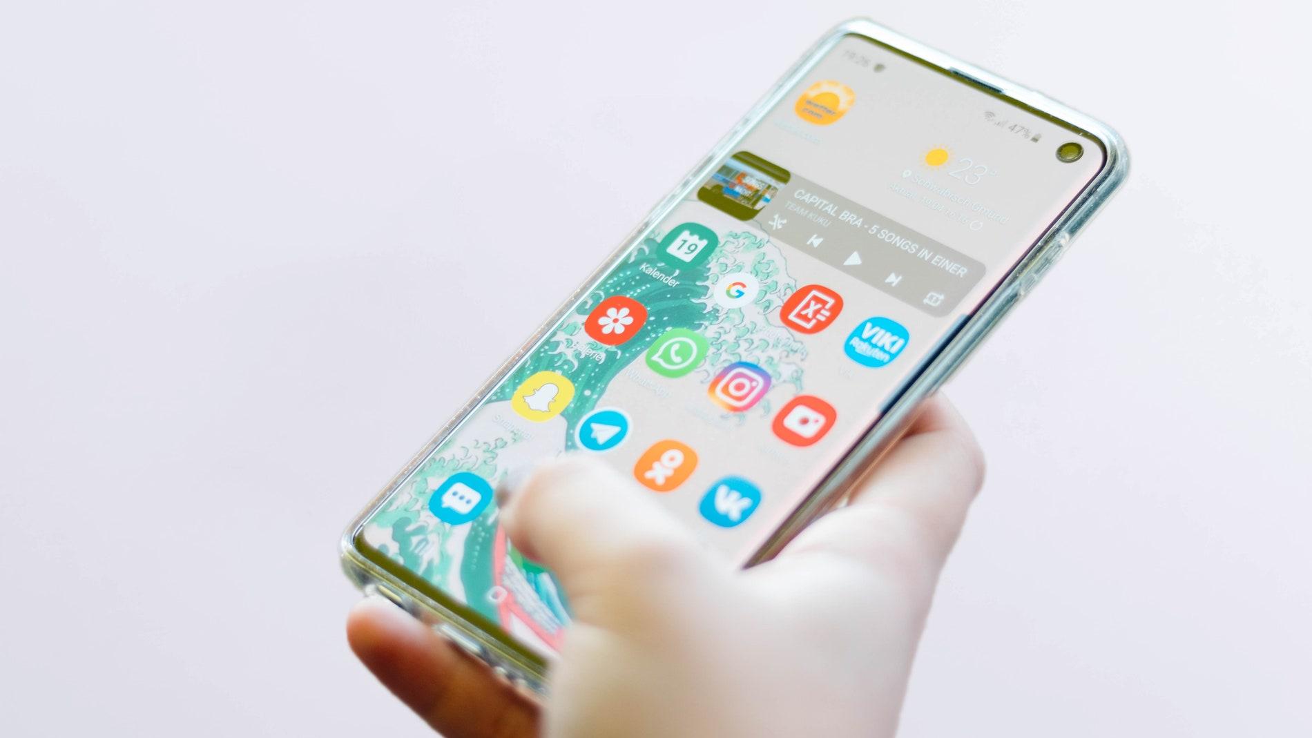 Persona utilizando el móvil