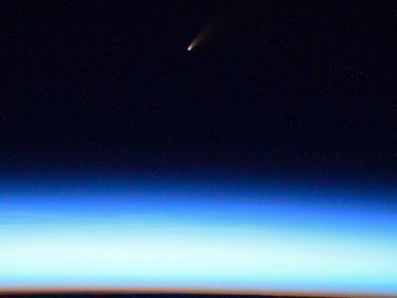 Foto del cometa NEOWISE tomada desde la Estación Espacial Internacional por el astronauta Ivan Vagner