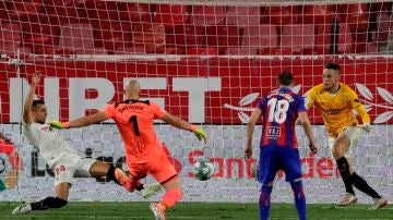 Ocampos ataja un disparo de Dmitrovic
