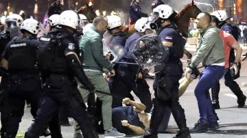 Enfrentamientos entre manifestantes y la Policía frente al edificio del Parlamento serbio