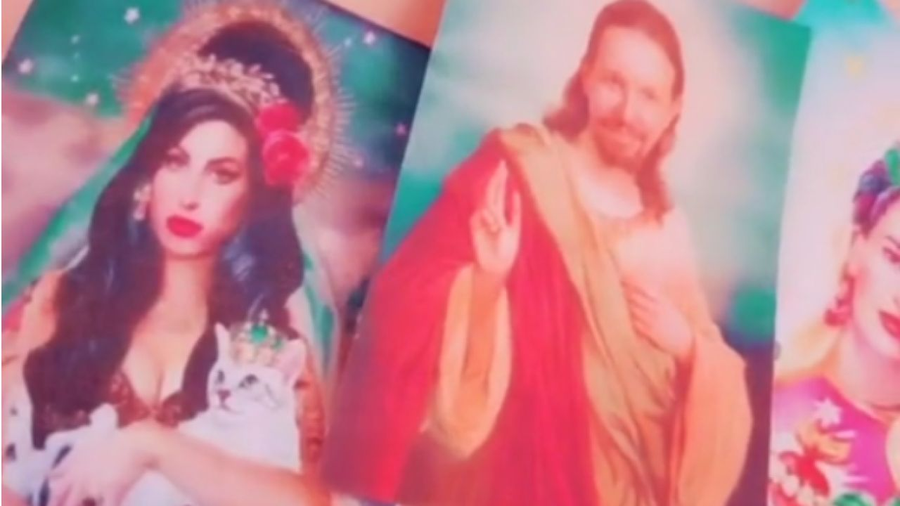 Captura del vídeo de la joven, con una estampa de Iglesias