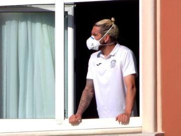 El jugador del Fuenlabrada Chico Flores, se asoma a una ventana del hotel Finisterre