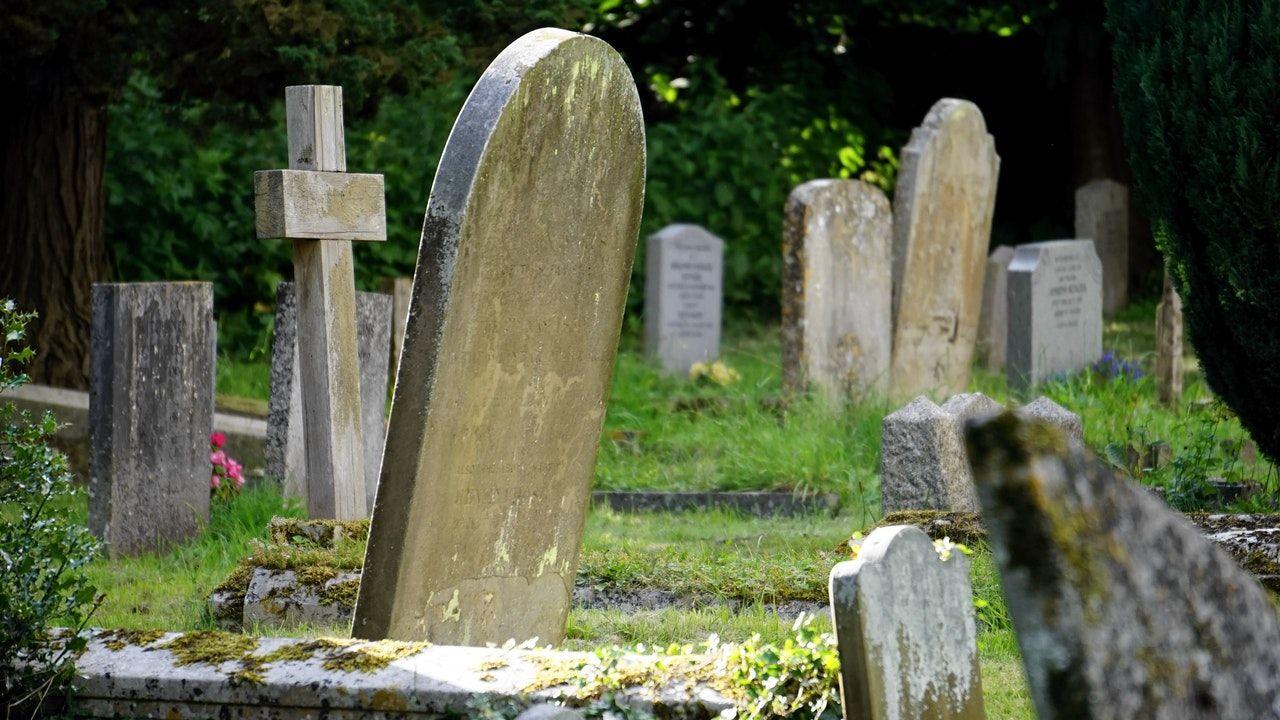Encuentran a un hombre deambulando por un cementerio cuatro meses después de haber sido enterrado
