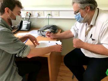 Aparcó su vida para buscar sin cobrar una vacuna contra el coronavirus: así trabaja Carlos, neurólogo del UCL