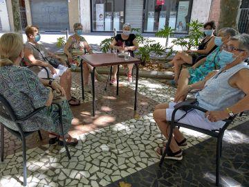 Un grupo de mujeres sentadas en una terraza (Archivo)