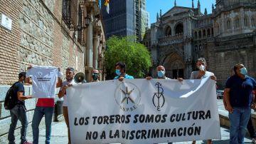 Varios trabajadores del mundo taurino ha llevado a cabo una protesta ante la ministra de Trabajo y Economía Social.