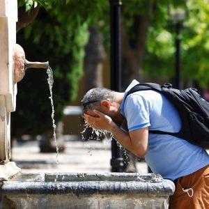 Un hombre en el interior del patio de los naranjos de la Mezquita de Córdoba