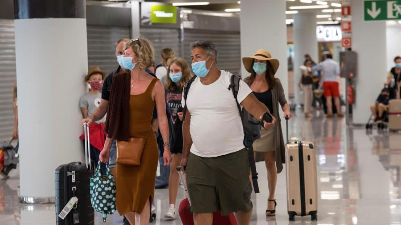 Varios pasajeros en la terminal de llegadas del aeropuerto de Palma de Mallorca