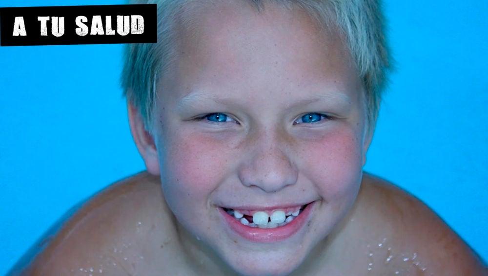 Imagen de archivo de un niño en una piscina