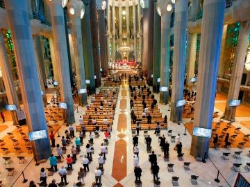 Un momento de la celebración en la Sagrada Familia de una misa por los difuntos