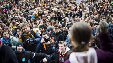 Greta Thunberg saluda a miles de seguidores