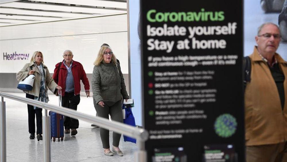 Pasajeros en el aeropuerto londinense de Heathrow.