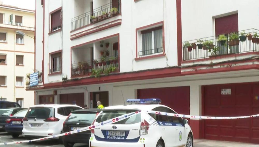 La Policía custodia la entrada al bloque de Hernani donde se han registrado varios positivos