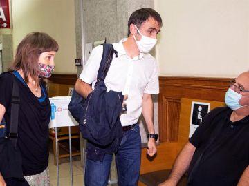 Los hijos de Josu Ternera, Egoitz e Irati, en el Tribunal de Apelación de París este miércoles.