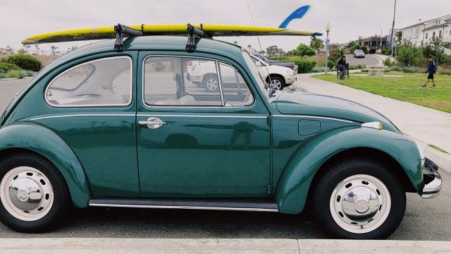Un escarabajo aparcado junto a la playa