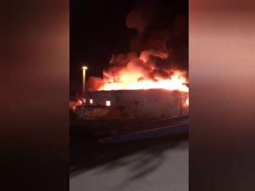 Un gran incendio destruye al completo una nave de reciclaje de Granollers