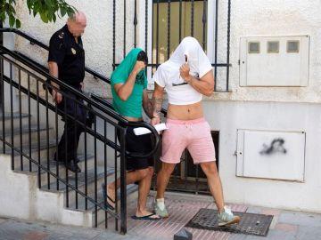 Los dos jóvenes detenidos como presuntos autores de una agresión sexual en Málaga capital, salen custodiados por la Policía Nacional del Juzgado de Instrucción número 1 de Fuengirola.