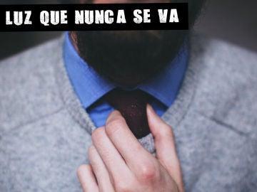 Un hombre ajustando su corbata