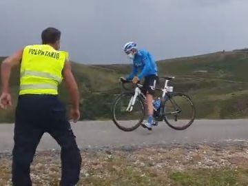 Los voluntarios ayudan a los ciclistas