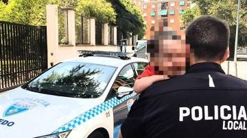 La Policía tuvo que romper el cristal del vehículo para rescatar al pequeño de dos años.