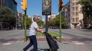 Una mujer pasea por Palma en plena ola de calor