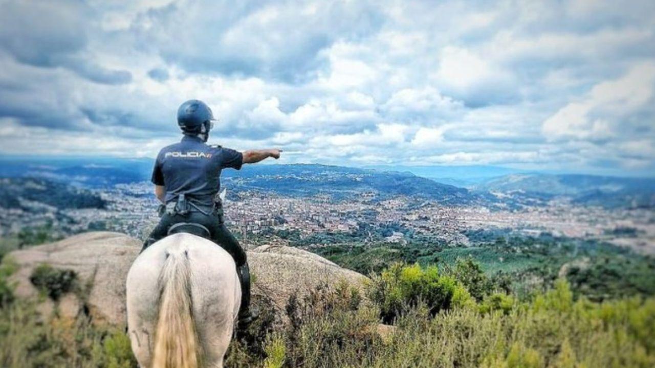 Imagen de archivo de un policía a caballo