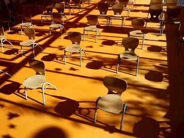 Imagen de sillas respetando la distancia social