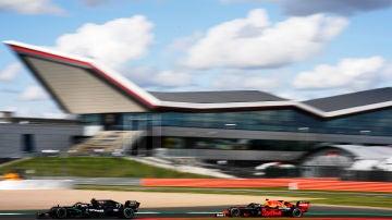 Lewis Hamilton ganó con una rueda pinchada