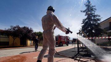 Un bombero desinfecta las calles de Pedrajas de San Esteban