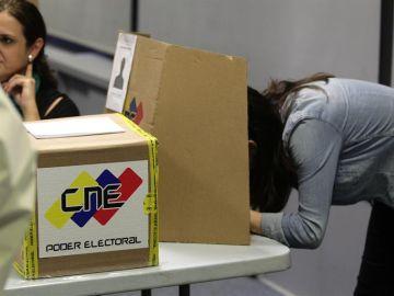 Personas votando en las elecciones venezolanas (Archivo)
