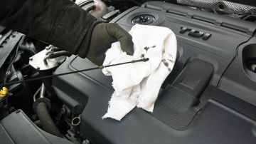 Revisa el aceite del coche