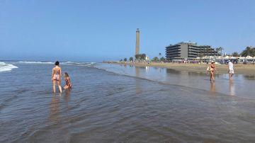 Vista inusual de la playa de Maspalomas en una época en la que suele estar abarrotada de turistas.