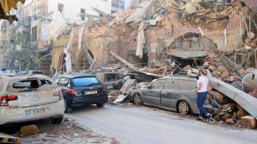 Edificios y vehículos dañados tras la explosión en Beirut