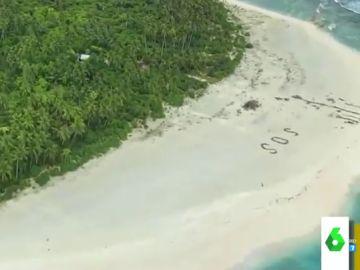 El rescate de película de tres náufragos varados en una isla desierta: fueros vistos tras escribir 'SOS' en la arena