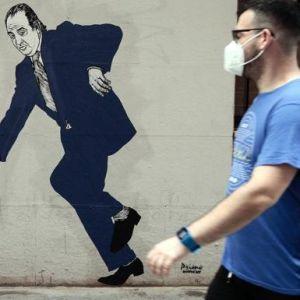 El grafiti del rey Juan Carlos I a punto de tropezar en el centro de Valencia