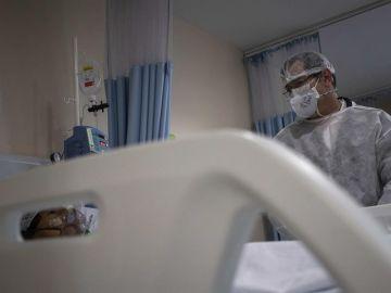 Un paciente con COVID-19 recibe tratamiento en un hospital.